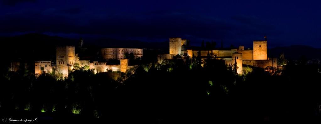 Panorámica nocturna de La Alhambra