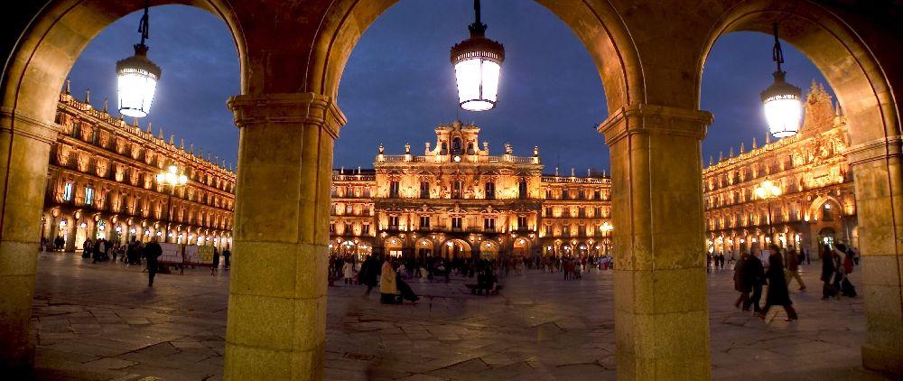 Panoramica nocturna de la Plaza Mayor de Salamanca