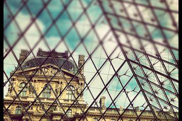 Interior piramide museo del Louvre de París