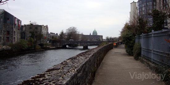 Paseo junto al río Corrib en Galway