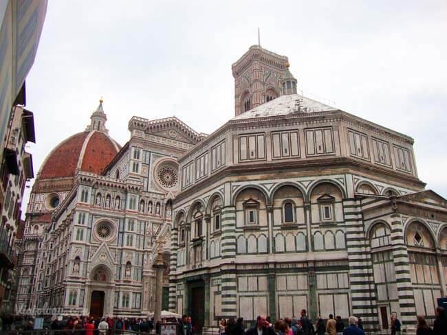 Baptisterio frente a la Catedral de Florencia
