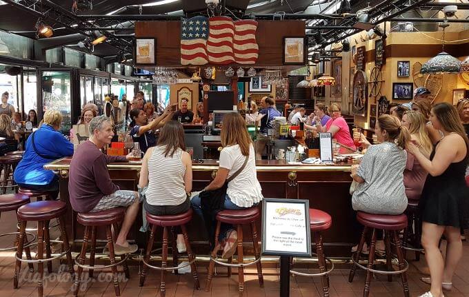 """Replica """"Cheers"""" en Quincy Market"""