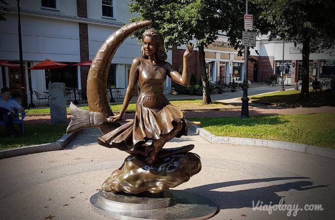 """Escultura de """"Embrujada"""" en Salem"""