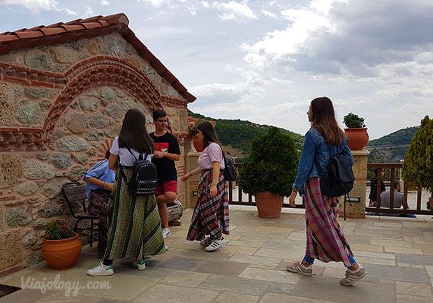 Mujeres con faldas en Meteora